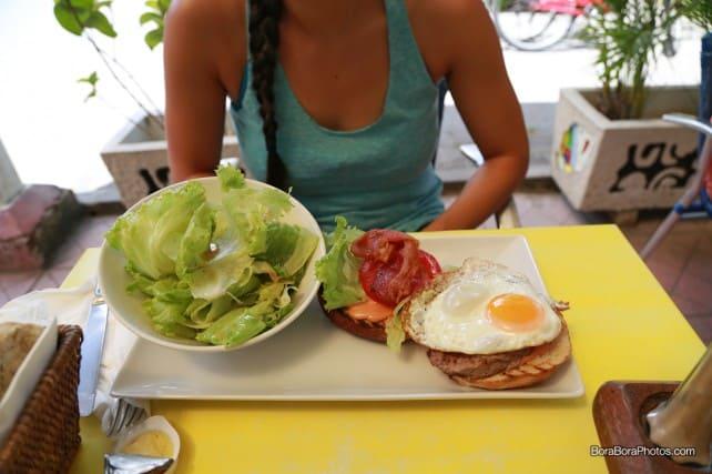 Aloe Cafe bacon burger with egg | boraboraphotos.com