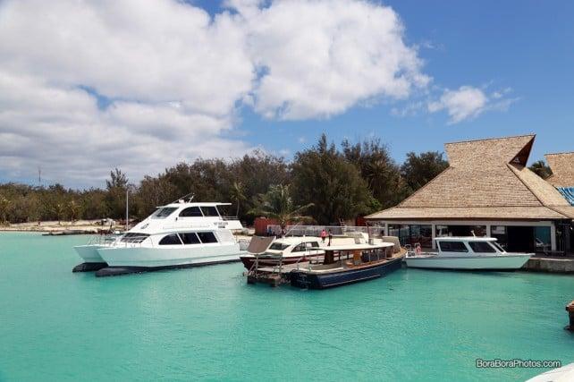 Resort shuttle boats waiting for passengers | boraboraphotos.com