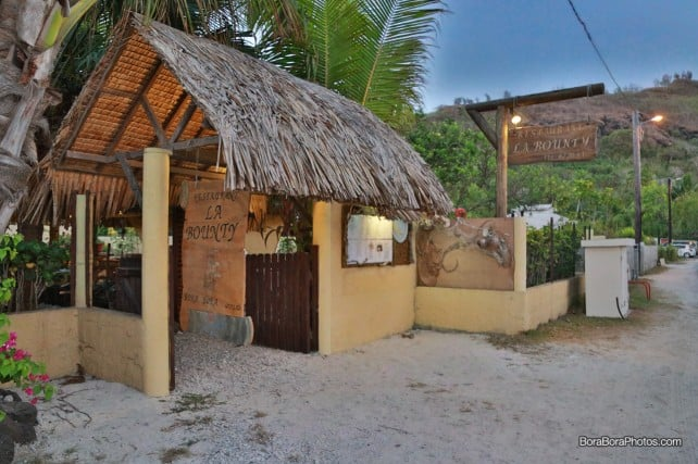 Open air thatched roof La Bounty restaurant in bora bora | boraboraphotos.com