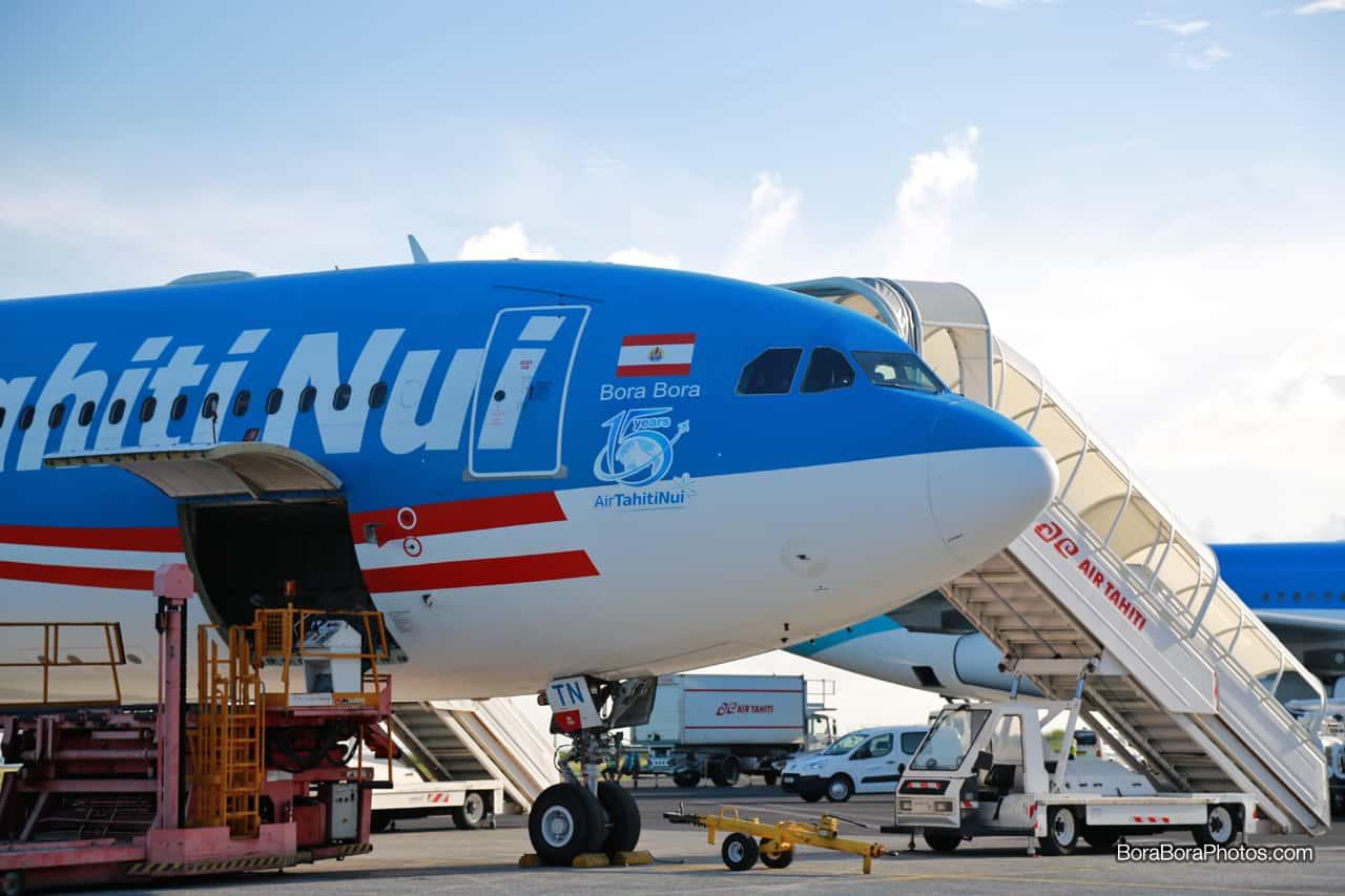 air-tahiti-nui-loading-plane